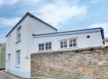 Nestling in one of the oldest streets of this picturesque fishing village of Appledore and surrounded by colour washed cottages