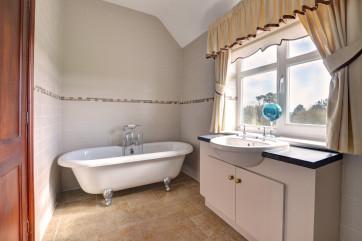 Free standing bath and washbasin