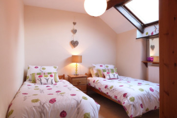 Twin room - cosy with two single beds and a wardrobe