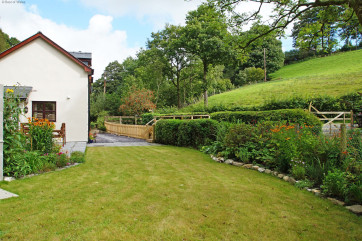 This Machynlleth holiday cottage enjoys a sizeable south facing garden