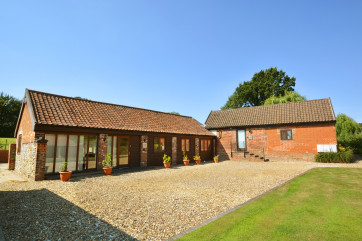 Lodge Barn has been recently and sympathetically converted to provide comfortable and attractive accommodation on one level.