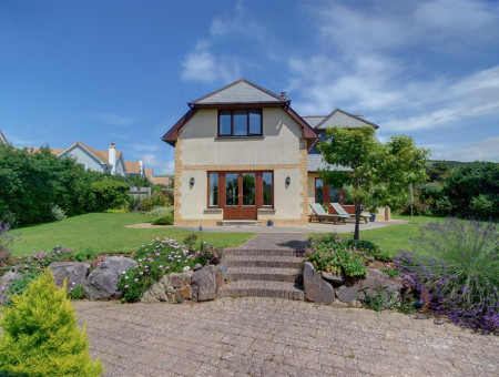 This superb detached modern home, in a peaceful and quiet location is only a short stroll to the centre of Croyde village and the wonderful sandy beach