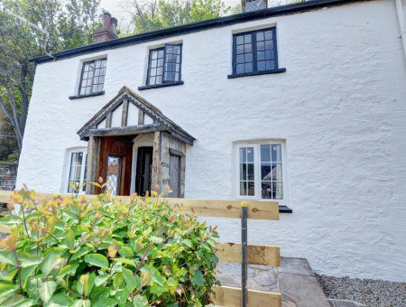 This 18th century character cottage is very unique with many original features including stone walls, low ceilings and thresholds as well as quirky nooks and crannies