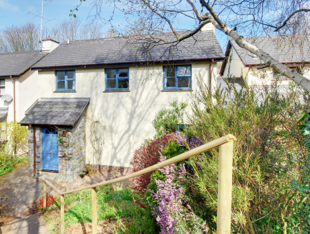 Tucked away in a quiet cul de sac in the pretty village of Georgeham, Salar Cottage is within a short stroll of two traditional pubs and friendly local stores