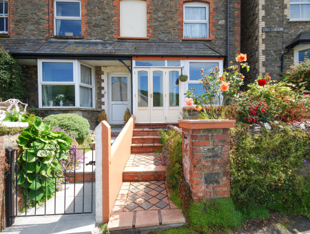 Stone Cottage is a comfortable and spacious end terraced Victorian cottage situated just a short stroll from the centre of Lynton