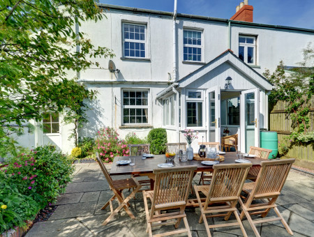 Laurel Cottage is a spacious character cottage offering some original features and lovely country views