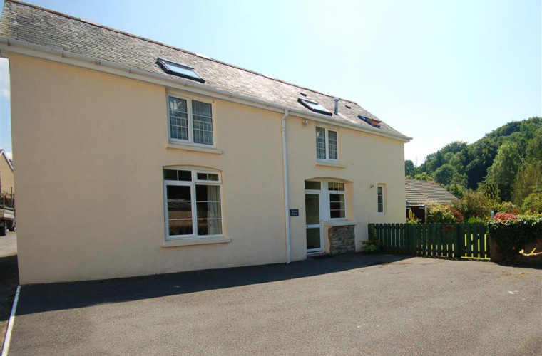 Plenty of parking space at Bakery cottage