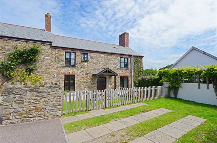 Cross Farm Cottage is in the heart of Braunton and has 2 parking spaces