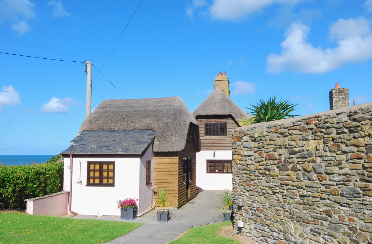 Uniquely located in this idyllic setting Cock Rock Cottage enjoys panoramic views of Croyde Bay