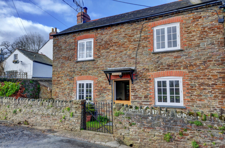 This character 19th century cottage is located on the outskirts of the quiet village of Abbotsham