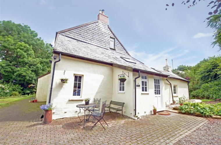 In a peaceful rural setting amid spectacular Exmoor countryside this wing of a detached farmhouse is beautifully presented throughout