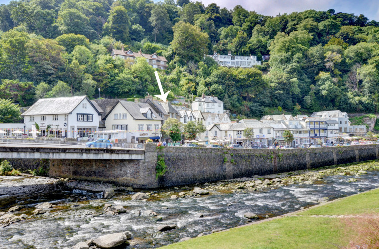 In the centre of the picturesque coastal village of Lynmouth, this spacious second floor apartment offers lovely river, sea and coastal views