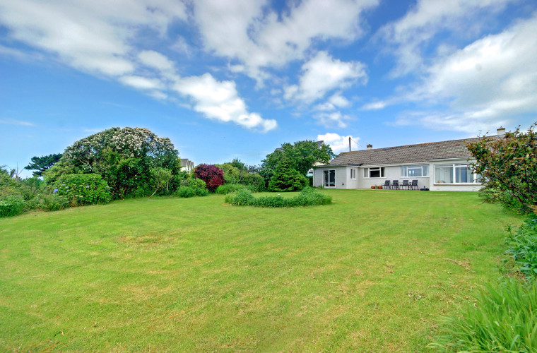 This detached holiday retreat is just over a mile from the stunning beaches of Woolacombe and the character and charm of Mortehoe village