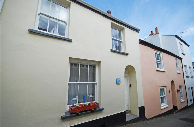 Birds Cottage tucked away in a charming narrow street within a short stroll from the Quay