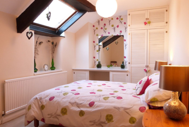 Double room - cosy room with a double bed & built in wardrobes