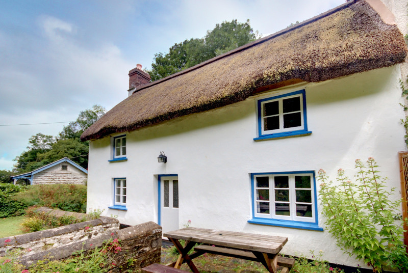 This pretty semi detached thatched cottage is tucked away in Bucks Mills, a picturesque village on the edge of the sea