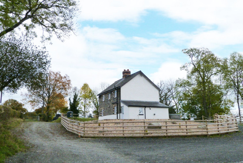 he cottage is equidistant from the country towns of Llandrindod Wells and Rhayadr