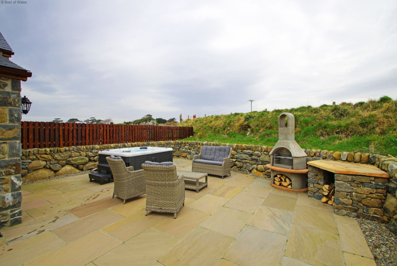 Beautiful Barmouth self catering cottage with a private hot tub