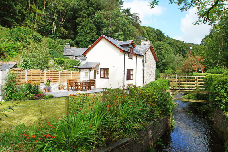 Machynlleth holiday cottage in a tranquil setting with a little stream