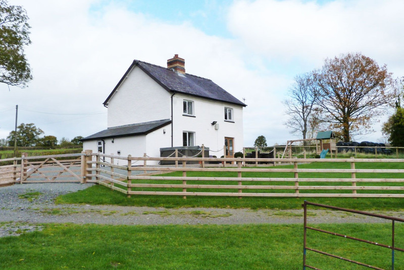 5 star luxury, secluded farmhouse in Mid Wales with a hot tub